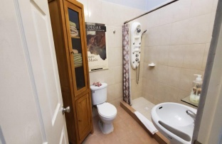 Spacious main bathroom with multi jetted shower